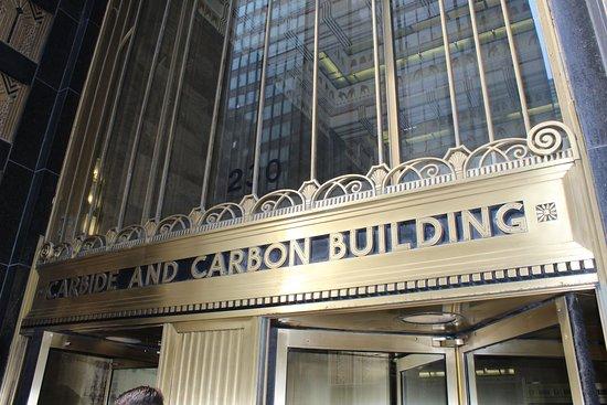 Excursão a pé por Chicago: Arranha-céus Art Deco: Entrance to the Carbide and Carbon Building.