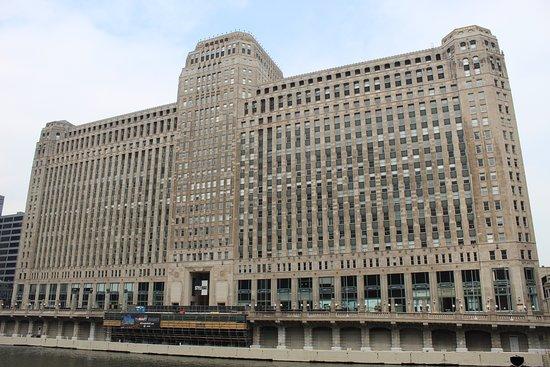 Excursão a pé por Chicago: Arranha-céus Art Deco: The impressive Merchandise Mart building.
