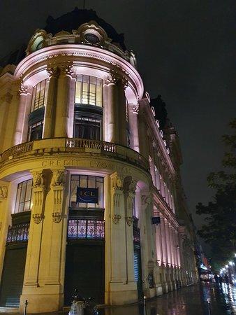 Впечатляющее здание