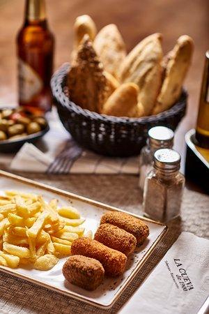 Surtido de croquetas: jamón, rabo de toro, morcilla y espinacas con queso azul