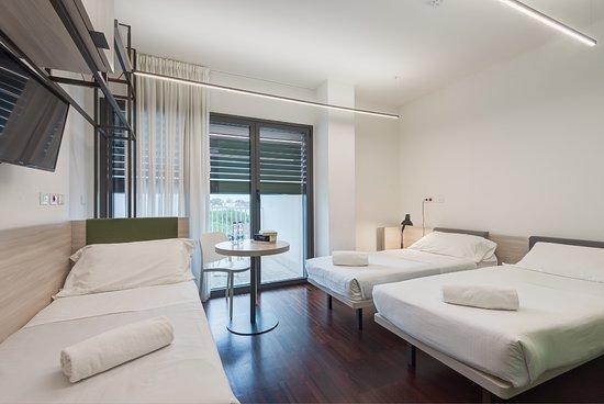 Camere triple con arredamento essenziale e fresco. Tre letti ...