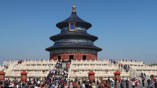 """Beijing, Kina: """"Ero già stato a Pechino nel '93 alla fine di un viaggio sulla """"Via della seta"""" e ora la rincontravo alla conclusione della Trasmongolica. Mi aspettavo una metropoli profondamente cambiata, ma la realtà era ben oltre l'aspettativa. La città apparteneva ormai a un'altra epoca, a un contesto che richiedeva tempi e metodi inconciliabili col passato"""".  https://www.varesenews.it/2019/10/mio-arrivo-nella-nuova-pechino/863114/"""