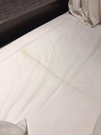 床很髒 枕頭和浴袍有一股臭味,感覺是人的油臭味,床單也很多污漬!住的不舒服