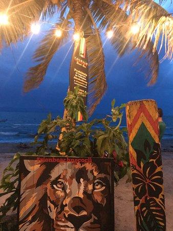 Excelente lugar. Deliciosa la playa. Riquísima la comida. Pedimos pizza y ceviches. La piña colada la mejor !!! Y la música buenísima