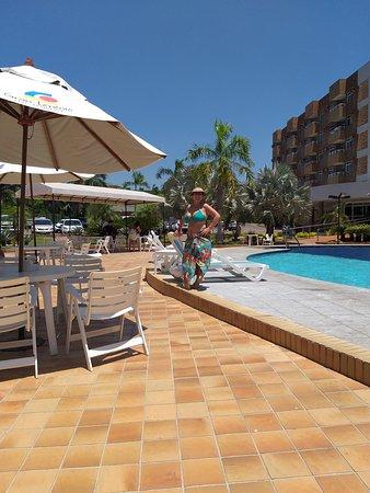 Dá para passar tranquilamente o dia todo na área da piscina. O restaurante fica aberto até tarde da  noite.