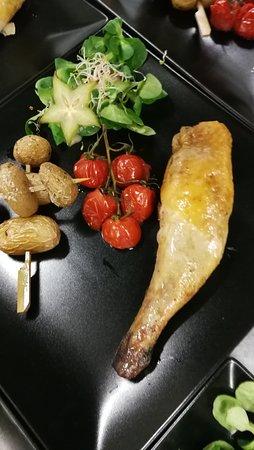Cuisse de pintade farcis, brochette de pomme de terre grenailles , fleur de sel et thym, grappe de tomates cerises rôtie, sauce aux champignons flambée calvados