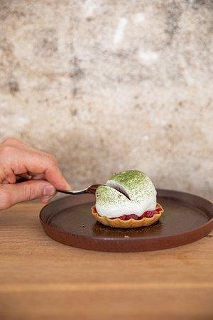 tartelette au fraise, sorbet framboise et crème au fromage blanc et thé vert