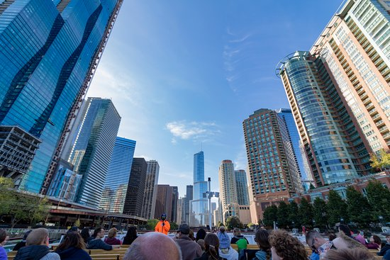 Chicago Architectural River Cruise: Boat tour guide on river