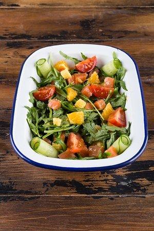 Руккола, семга, бэйби-корн, черри, огурец, апельсин, фирменная заправка на оливковом масле