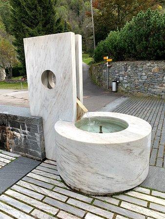 Mogno, İsviçre: Marmor-Brunnen auf dem Vorplatz