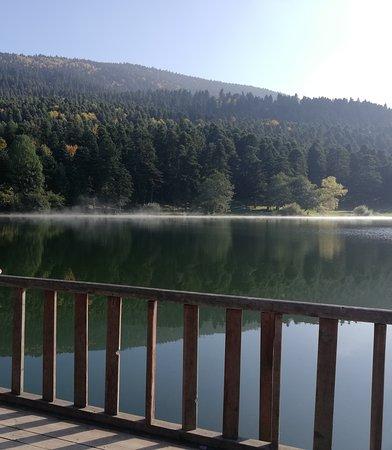 Bolu, Gölcük gölünde sis başlıyor.