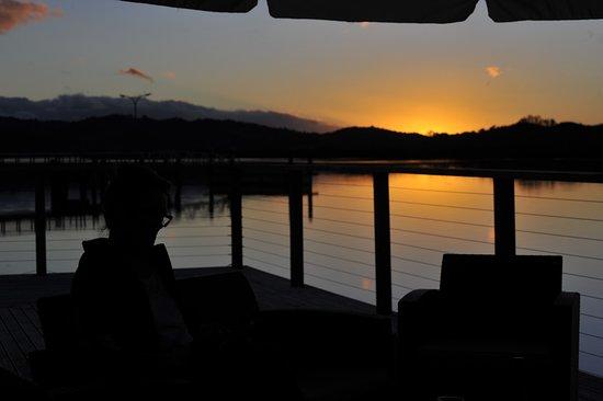 Horeke, New Zealand: sunset from the pub