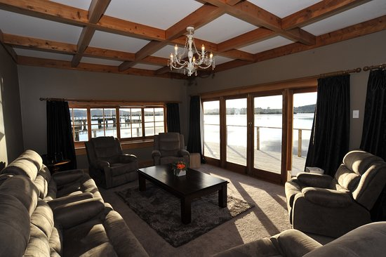 Horeke, New Zealand: lounge view from the overwater bungalow