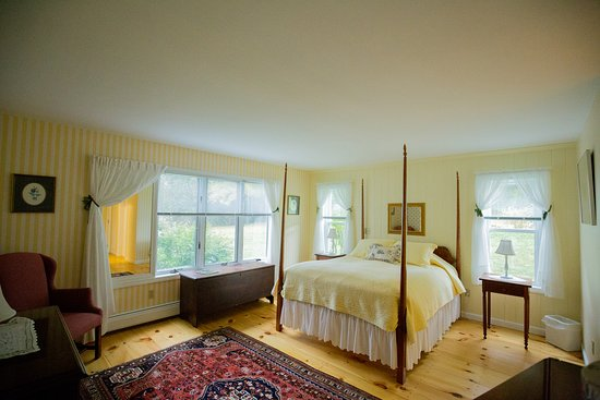 Room was generous size with gorgeous hardwood, comfortable bed, great bathroom, fantastic view. Couldn't ask for more.