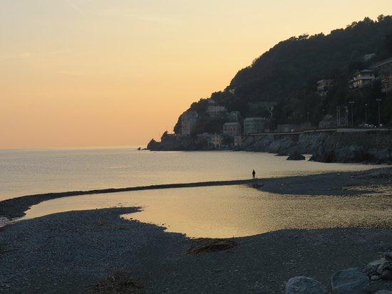 """Qui ci troviamo a #Genova #Voltri il quartiere che """"chiude"""" la città di Genova (lato ponente). Foto scattata durante uno dei bellissimi tramonti in #Liguria."""