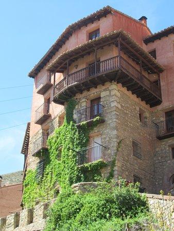 una cosa roquito e il suo balcone in legno