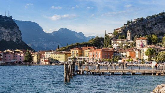 Lake Garda, Italy: Lake coast town.