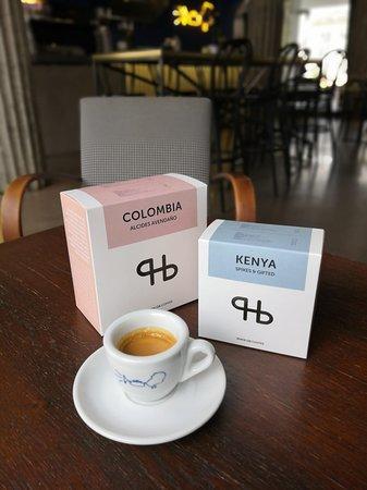 Kávu si můžete vychutnat na místě, ale také odnést s sebou na domácí přípravu.