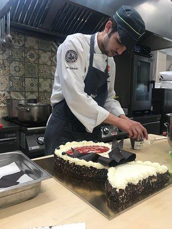 Il nostro Pasticciere mentre conclude una torta