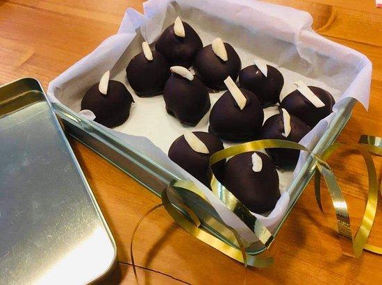 Ručně vyráběné bonbony se švestkou a alkoholem.