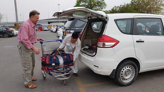 Водитель отеля встретил нас в аэропорту Дели
