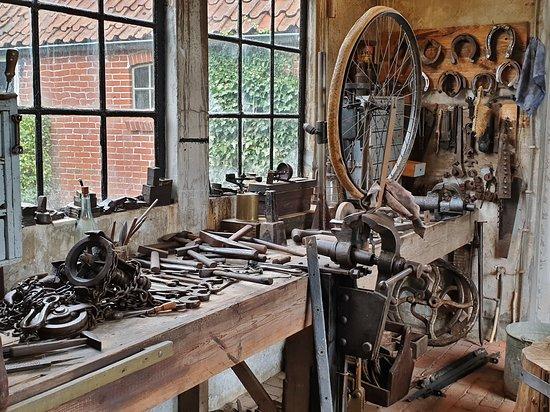 Warffum, Hollanda: De smederij van de smede is goed voorzien. Tevens was hij de gecertificeerde fietsenmaker.