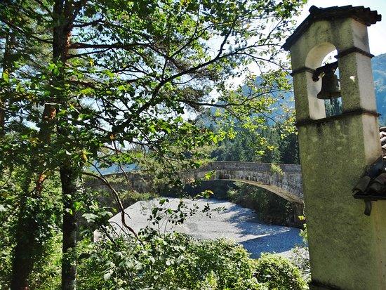 Villa Santina, Italia: Il campanile e il ponte