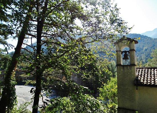 Villa Santina, Italia: La chiesa e sullo sfondo il Tagliamento senz'acqua