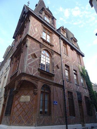 """Maison """"Le Vieux Logis"""" au 8 Place de la Rougemare"""