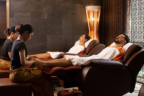 The foot massage involves applying pressure to the feet in order to affect a physical change in the body. Placement of the pressure is based on a complex system of zones and reflex  areas that correspond to other parts of the body, allowing you to relax and reduce stress. Other benefits include  improve circulation, lower blood pressure and balance in the body's various systems.