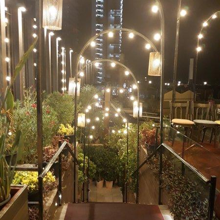 Бейрут, Ливан: Ristorante con terrazza panoramica e con vista diretta sulle Rauche Rocks. Location raffinata così come i piatti proposti. Servizio a mio parere non proprio all'altezza della tipologia di ristorante