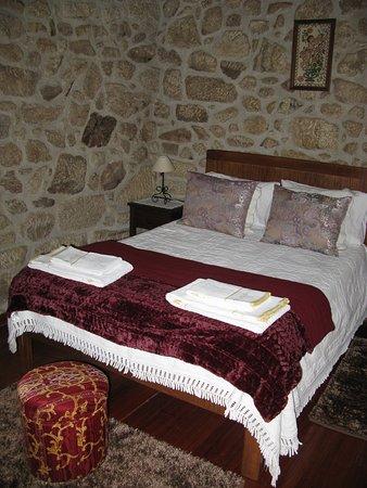 Il comodo letto e le pareti in pietra viva