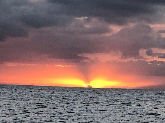 Waikiki Sunset Cocktail Sail with Open Bar: Spectacular sunset