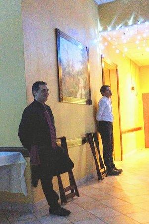 Levittown, ניו יורק: Waiters - singing and dancing along