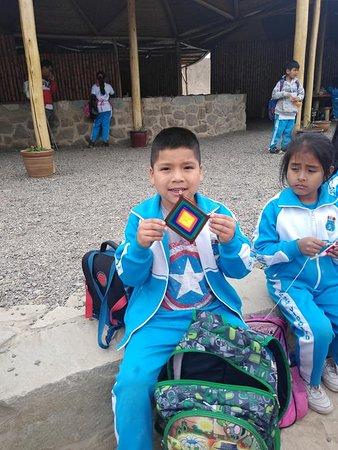 """Barranca, Peru: Por el día mundial del Turismo  vista de la I.E 20522 """"Vidalito"""" de Supe Pueblo- Taller de elaboración de ojos de dios."""