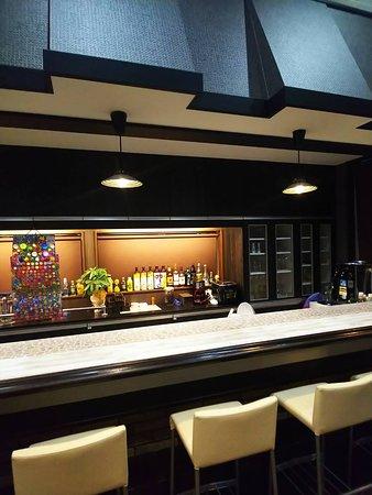 お酒も楽しんでもらえるように、バーカウンターもご用意しております。