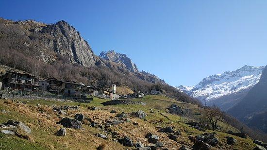 """Verceia, Italia: Il paesino """"incantato"""" di Frasnedo (1287 m) in Valle dei Ratti (SO), una piccola perla dove (per ora) ci si arriva solo a piedi."""
