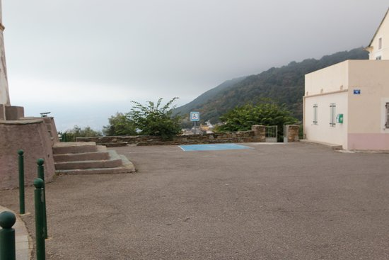 Il se situe sur une place ou se trouve la mairie et c'est  parfait pour demander le carnet de randonnées