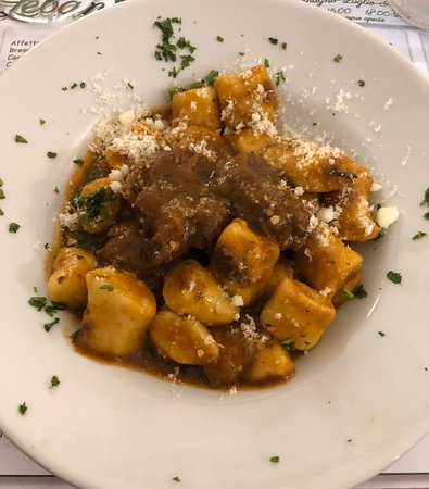 Gnocchi gulash, patate in tecia, crema carsolina, palacinke