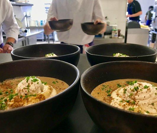 Entrée menu du jour à 15€ du lundi au vendredi (entrées/plats/desserts)  Velouté de panaïs, chips de topinambour , crème de moutarde