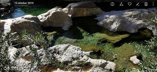 摩爾洞穴和山泉張圖片