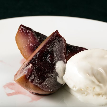 Pêra Bêbeda com Gelado de Baunilha. Drunken Pear with Vanilla Ice-cream. 酒香焗梨配雲呢拿雪糕.