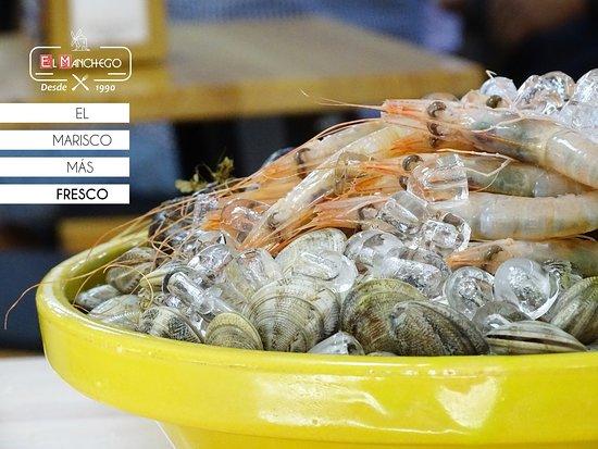 🍽 La calidad y la frescura de nuestros alimentos es algo característico de El Manchego Bar, por eso buscamos marisco del día, fresco ¡Fresquísimo!  Corre, todavía se mueve 😉