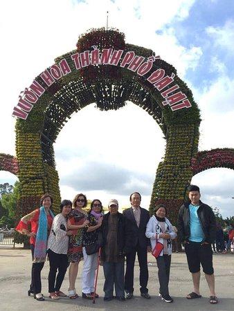Gia đình anh chị em cùng đưa cha già đi Đà lạt.