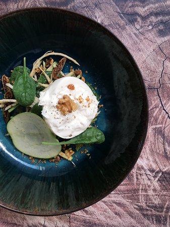 Salade de mozzarella Burrata, pomme Granny, céleri, jeunes pousses d'épinard, vinaigrette de noix et figues séchées | Burrata mozzarella salad, Granny apple, celery, spinach sprouts, walnut vinaigrette and dried figs