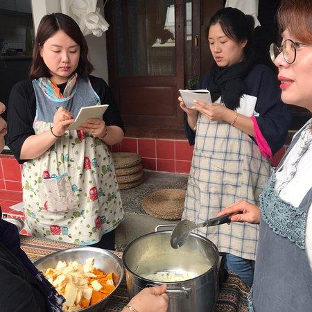 찬바람 불면 생각나는 수프 만들기  2019.10.17 11:00-13:00 양송이 수프가 왜 그리 맛있었는지, 처음 알고 배우게 되었어요. 무화과 드레싱은 처음 배웠는데, 산뜻한 맛이 좋네요. 레시피 공책에 꼭 꼭 써 내려간 요리법은 절대 잊지 않을꺼예요. 쿠킹 클래스는 이래서 재미있군요! 다음 수업도 기대됩니다.  참가자들과 함께 배우고 만들어가는 중이라 제 소감이자, 앞으로 어떤 클래스를 만들지 재밌는 생각이 나는 시간이었습니다.  금새 또 준비해서 쿠킹클래스 안내 할께요.  #마카모디 #경주 #첨성대 #로컬여행 #Gyeongju #gyeongju_localtrip #macamodi