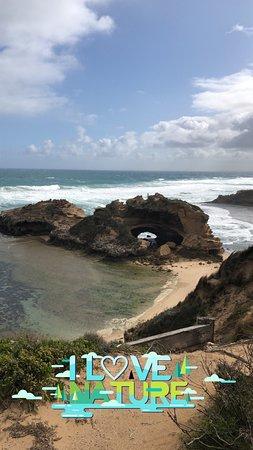 شاطئ جميل بالقرب من ملبورن ورمال ذهبيه وتكوينات صخريه رائعه ومياه بحر نقيه وجلسات جميله انه يستحق الزيارة