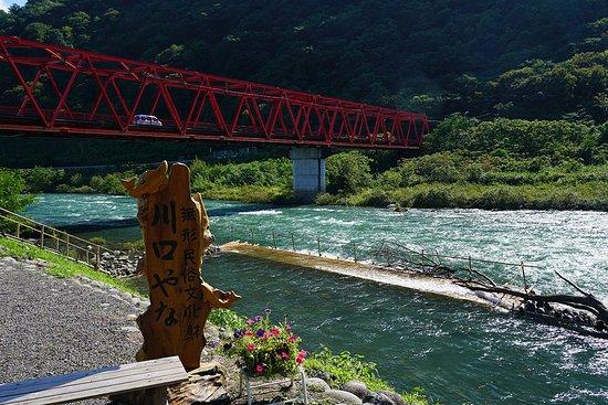 揖斐川の涼しげな風景を眺めながら食事ができます