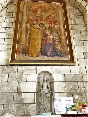 Bel écrin pour de nombreux objets, rares ou précieux,  statuaire, peintures, vitraux, chemin de croix, décors peints ...