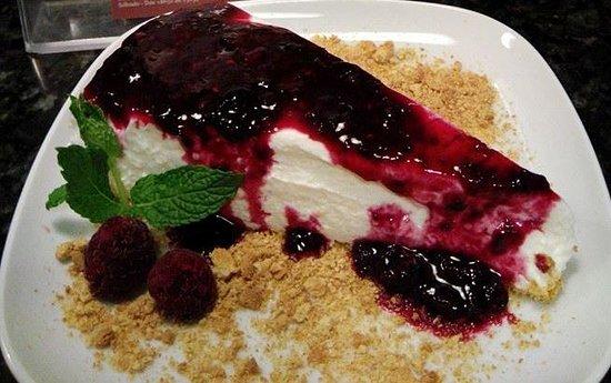 Parede, Portugal: Cheesecake de frutos silvestres com queijo magro é uma das sobremesas deliciosas do Tamagoshi